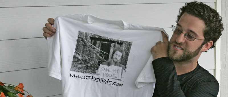 Dustin Diamond med en av sina t-shirtar som skulle rädda hans hus. I efterhand ifrågasattes om det hela var på riktigt eller ett pr-trick.