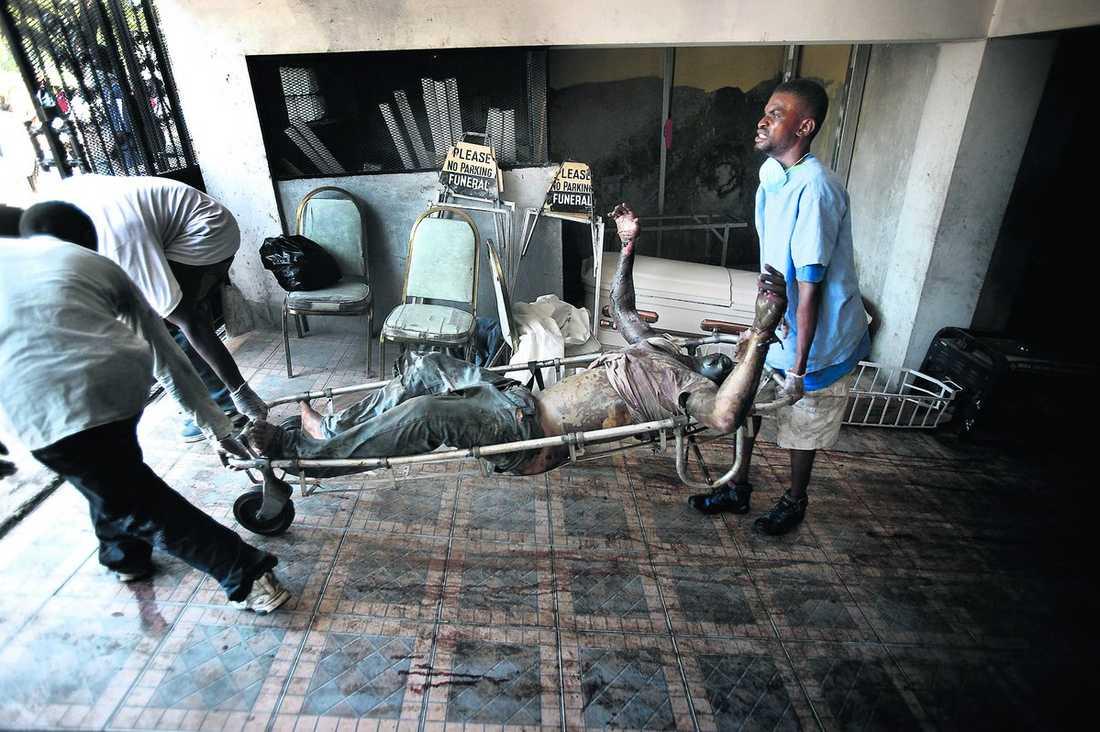 LUKTEN AV DÖD ÄR ÖVERALLT Skalvet i Haiti har drabbat alla. Alla har familjemedlemmar eller vänner som har dött. Och katastrofen har förstört allt som skulle ta landet ur fattigdomen. Skolor, banker, affärer och företag. På gatorna brinner bildäck för att dölja lukten av död, men den fyller ändå kvarteren där människor förtvivlat letar efter överlevande.