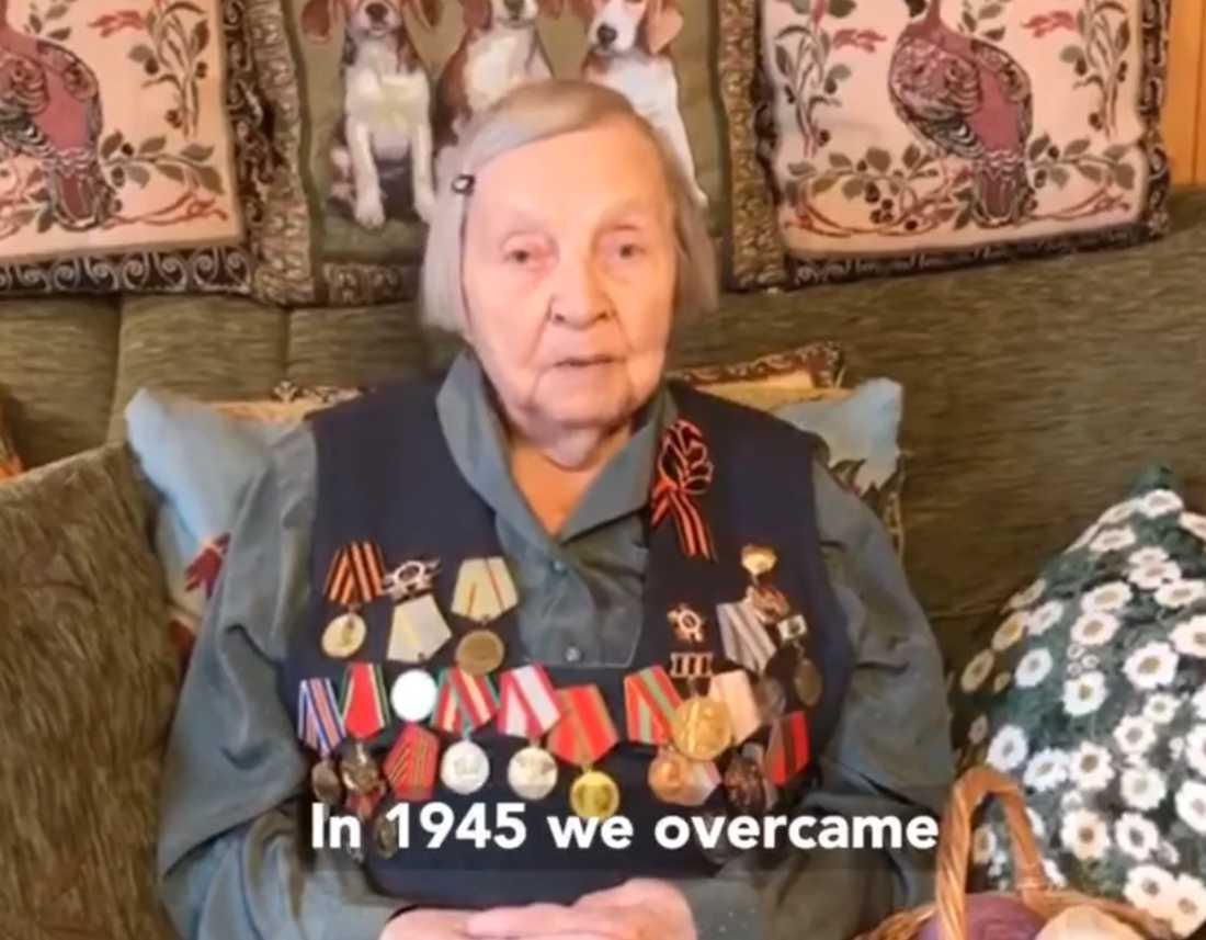 Zinaida Korneva, 98, samlar in pengar till vårdpersonal som dött i kampen mot coronaviruset.