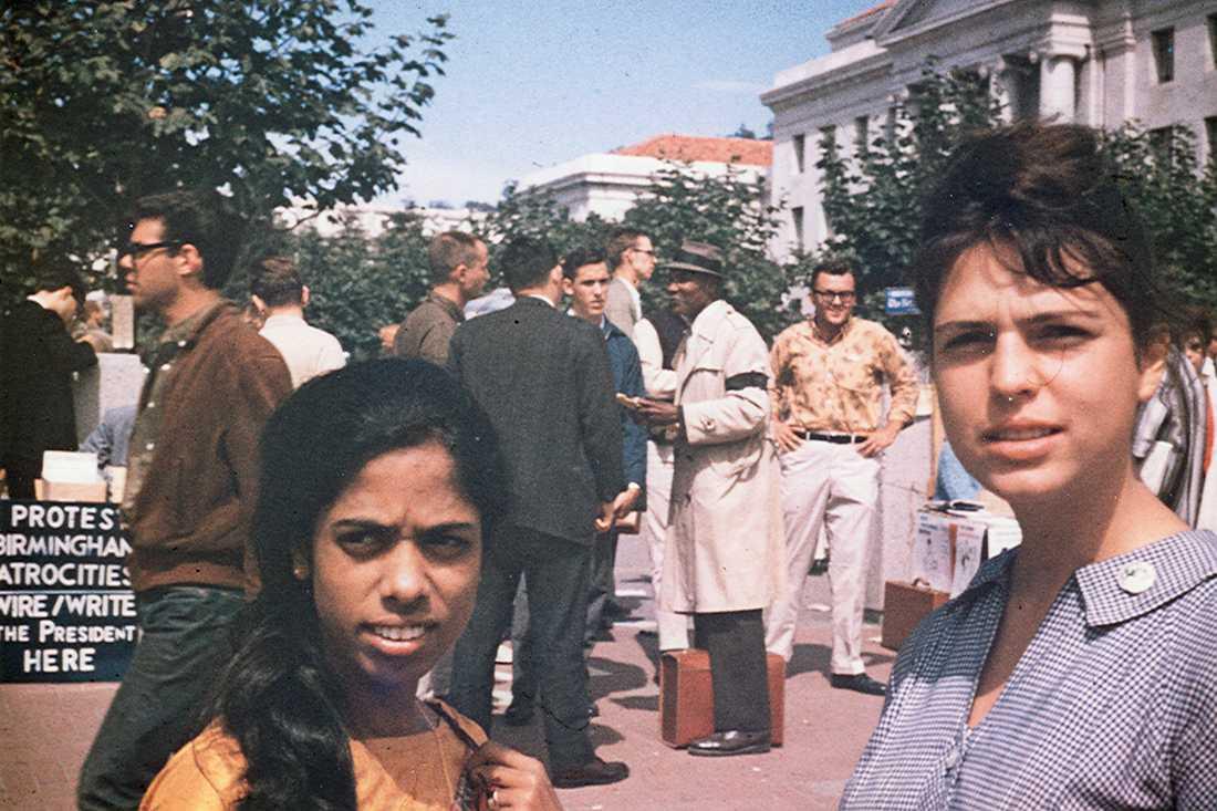 Mamman Shyamala Gopalan Harris och hennes vän Lenore Pomerance vid en demonstration för mänskliga rättigheter i Berkeley.