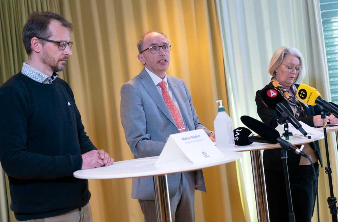 Mattias Waldeck, biträdande smittskyddsläkare, Alf Jönsson, regiondirektör, och Pia Lundbom, hälso- och sjukvårdsdirektör, vid torsdagens presskonferens med Region Skåne i Regionhuset i Malmö gällande arbetet med coronaviruset.