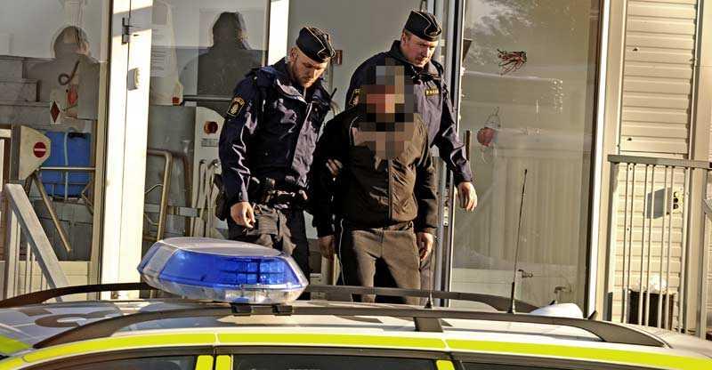 största polistillslaget i Sverige Polisen och Skatteverket slog till mot en matfabrik på torsdagsmorgonen. 34 personer frihetsberövades.