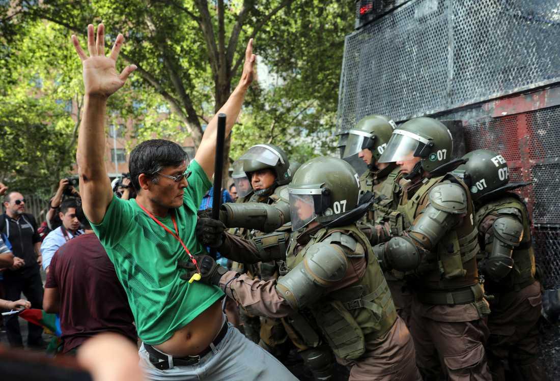 Det har varit våldsamma sammandrabbningar mellan demonstranter och polisen i Chile.