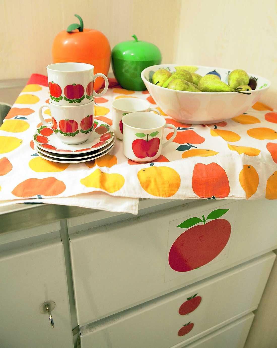 Saras favoritmotiv, äpplen, hittar man på såväl porslin som textilier och klisterdekor.