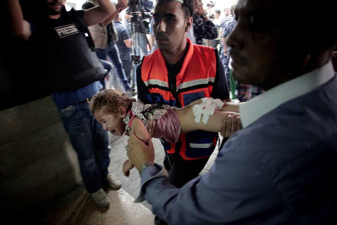 En skadad liten flicka på väg mot akuten i Gaza.