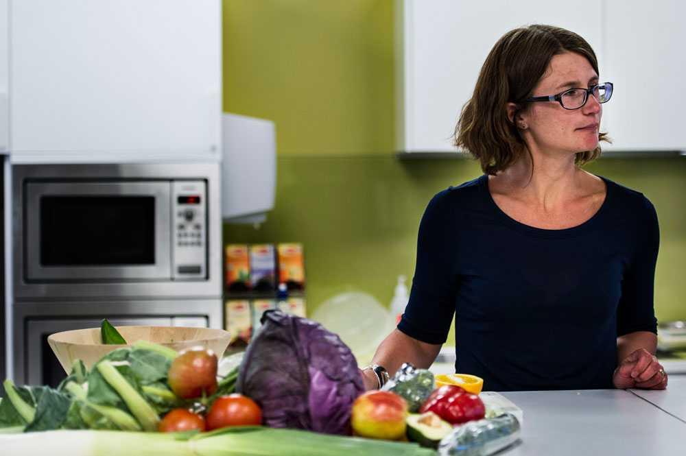 Det kan vara ett par nävar med grönsaker här, en grönsakssoppa där och lite kokt broccoli till maten. Till det kan man dricka 100 gram juice, säger Eva Warensjö Lemming som är nutritionist på Livsmedelsverket.