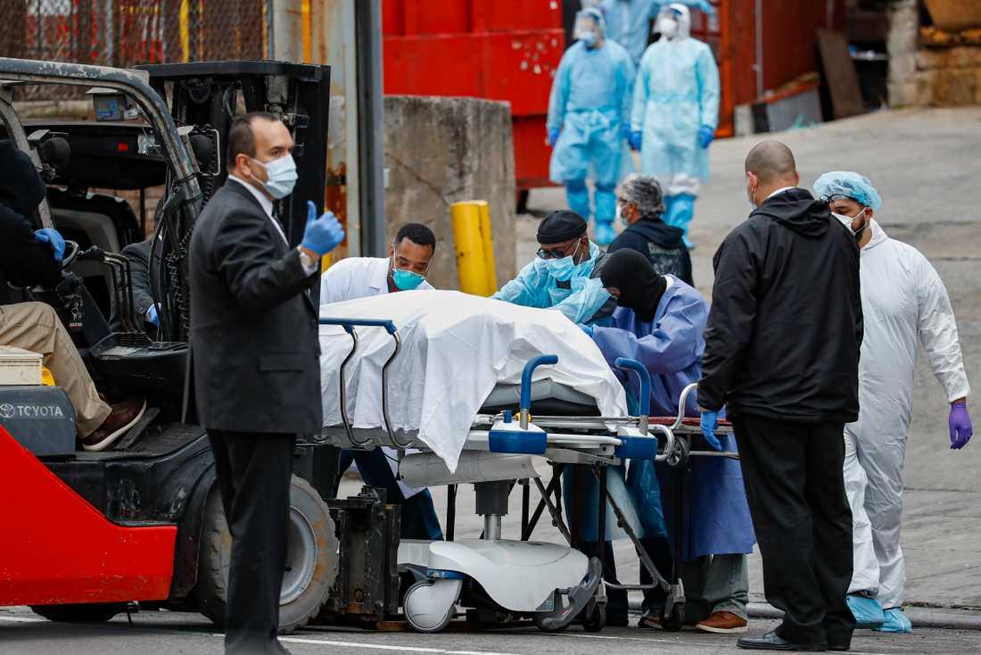 New York är värst drabbat av coronaviruset i USA. Här förs kvarlevor iväg från ett sjukhus i Brooklyn, av utrustade arbetare.