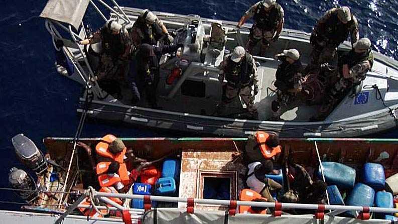 Den svenska styrkan bordade piraternas båt och tillfångatog sju pirater.