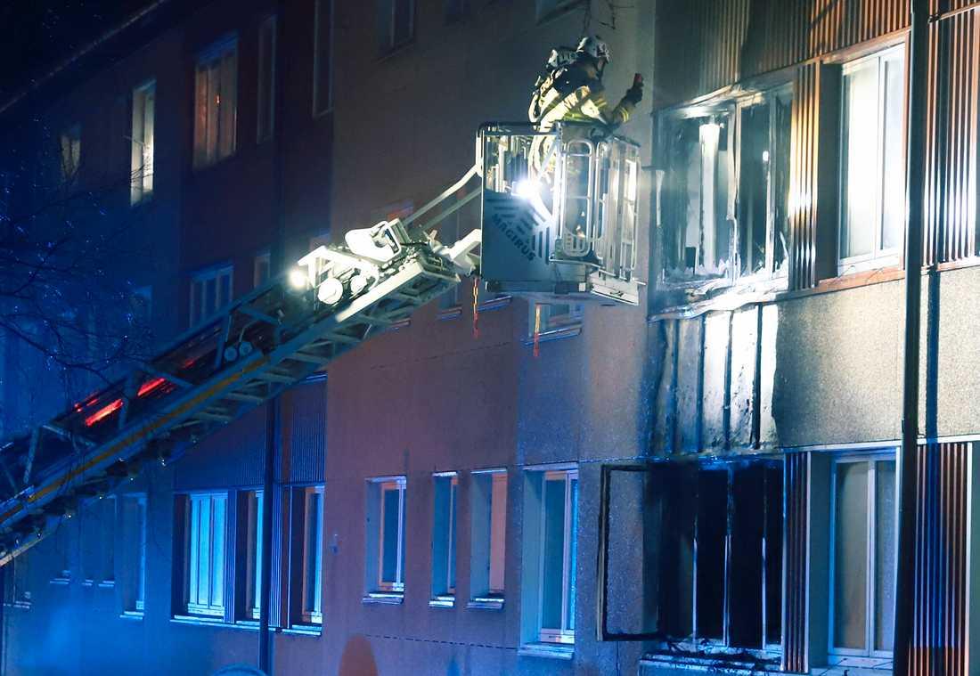 Branden spred sig till fler lägenheter i trappuppgången.