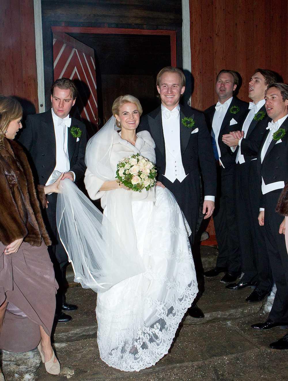 Tin-Tin Rosén gifte sig med Robin af Burén i en siden- och spetsdröm från Garamaj och persikofärgade skor i februari i år. Som ytterplagg bar hon en vit pälsjacka.