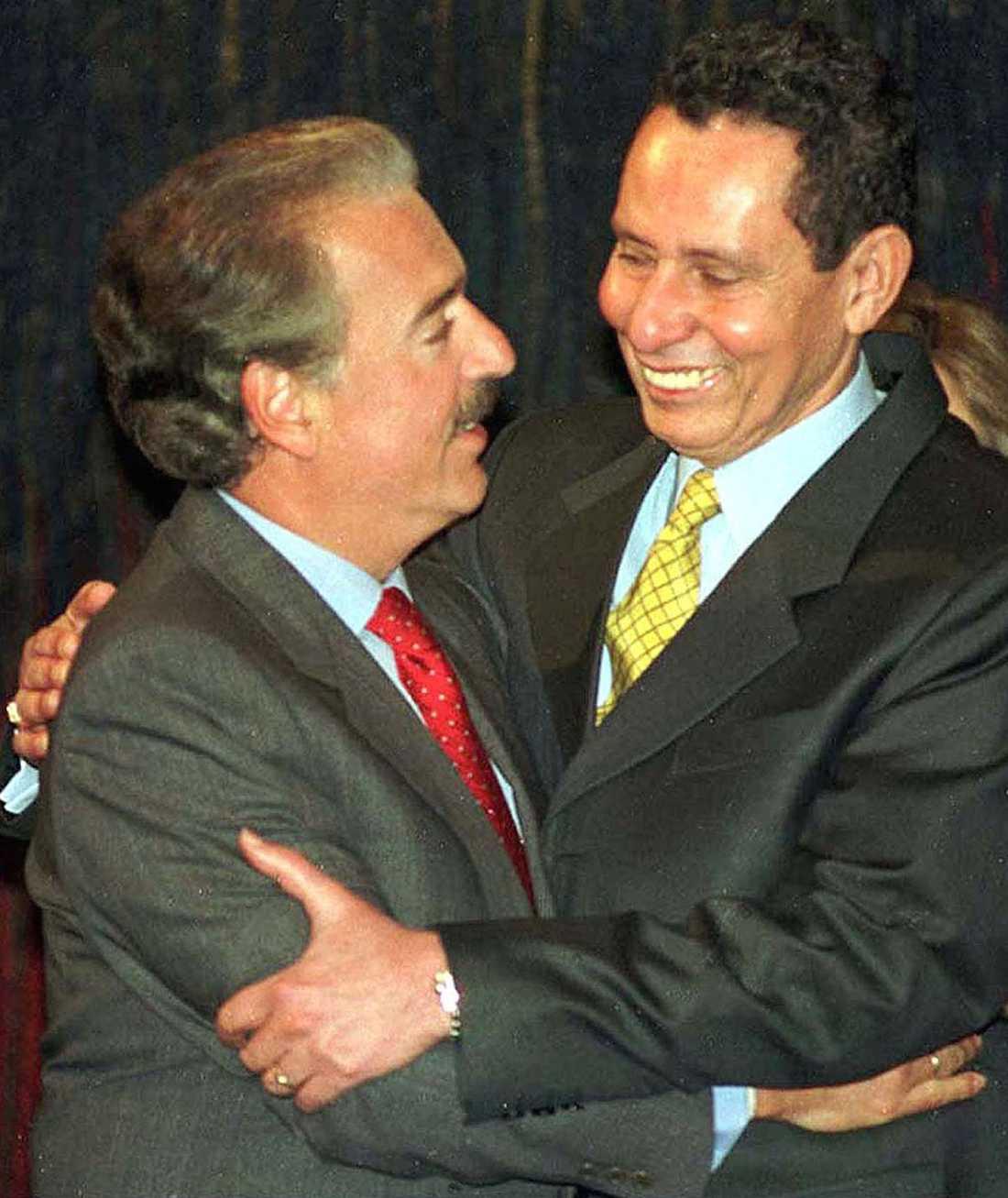 Colombia, 1997 Manuel Bonnet (till höger), general i Colombias dåvarande militär uppmanade fruar och flickvänner till män i gerillan eller i lokala knarkligor att vägra sex till deras våldsamma konflikter upphörde. (Till vänster ses Andres Pastrana, tidigare president i Colombia).
