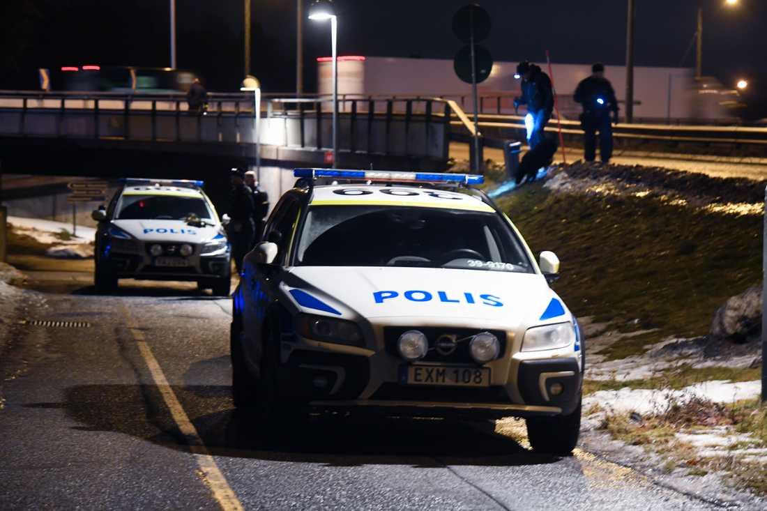 Polisen söker med hund och ficklampor vid en avfart i närheten av Karolinska sjukhuset.