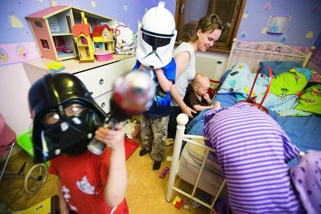 """Ett trivsamt kaos Anna Böökari omgiven av delar av sin barnaskara. """"Jag kan absolut tänka mig ett barn till"""", säger hon."""