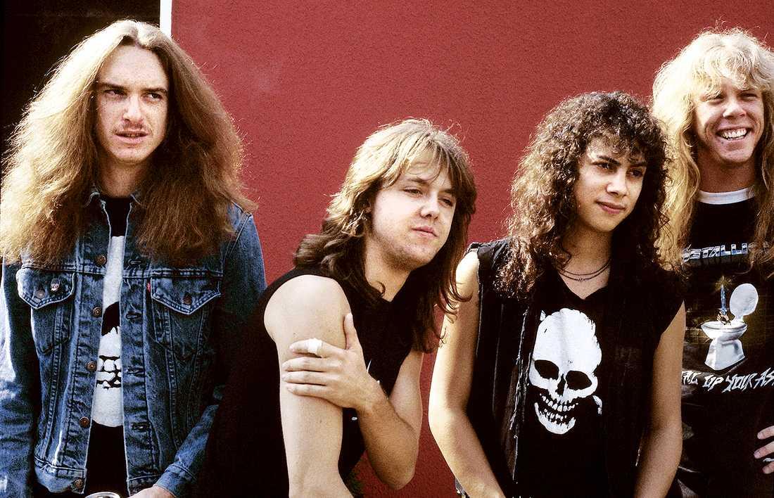 Metallica 1985 Metallica året innan Cliff Burton dog i en bussolycka i Sverige. Från vänster Cliff Burton, Lars Ulrich,  Kirk Hammett och James Hetfield. Cliff Burton medverkade på tre studioalbum med Metallica: Kill 'Em All, Ride the Lightning och Master of Puppets.
