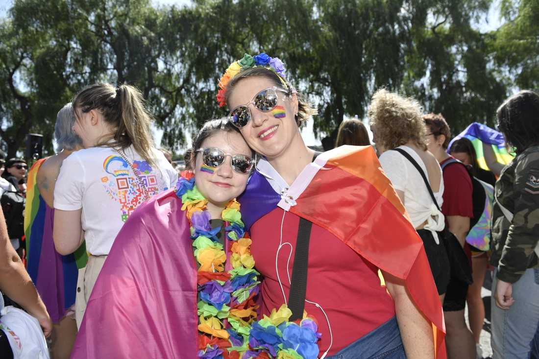 Hanna Holmlund med dottern Ella Holmlund deltog i Stockholm Pride.