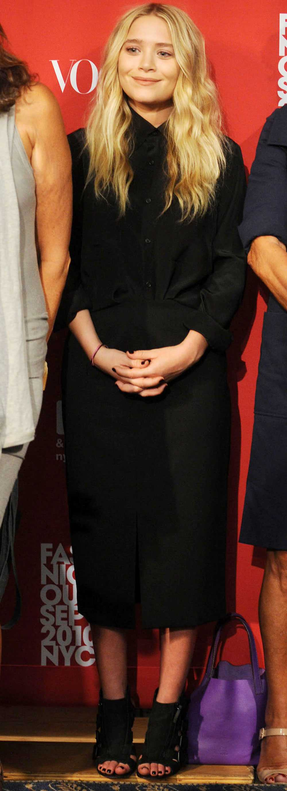 Mary-Kate Olsen döljde sina former i en lång, vid skjortliknande klänning.