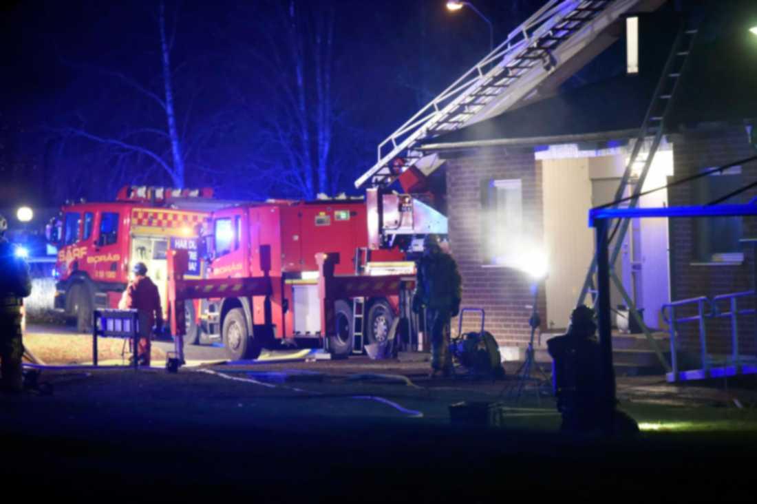 Det brann tidigt på fredagsmorgonen i en lägenhet i en radhuslänga i Tranemo kommun. En person har hittats död.
