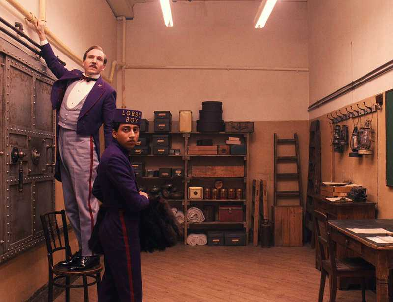 "Ralph Fiennes i en scen ur Wes Andersons ""The Grand Budapest Hotel""."