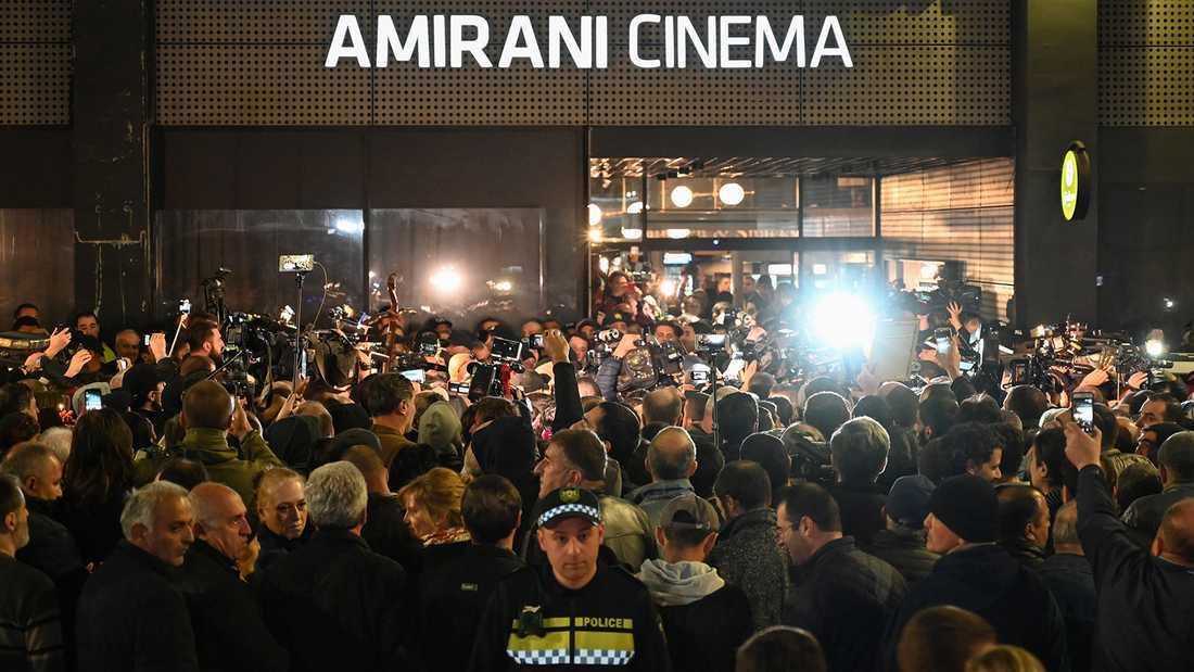 """Högeraktivister protesterar vid premiären av Sveriges Oscarsbidrag, """"And then we danced"""" i Georgiens huvudstad Tbilisi på fredagen."""
