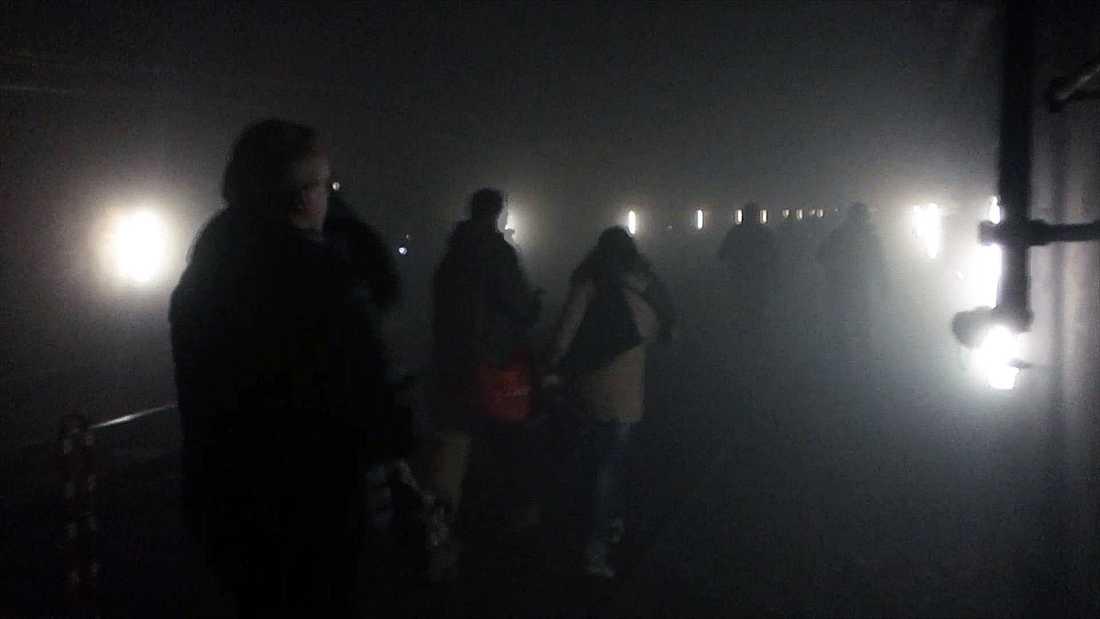 Människor evakueras från tunnelbanan i Bryssel efter bombattentatet.