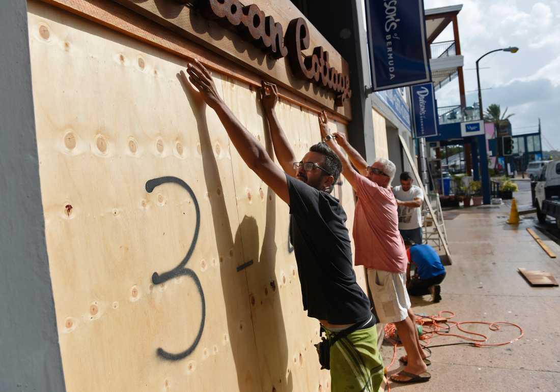 Invånare i Hamilton, Bermuda, förbereder sig inför orkanen Humbertos ankomst.