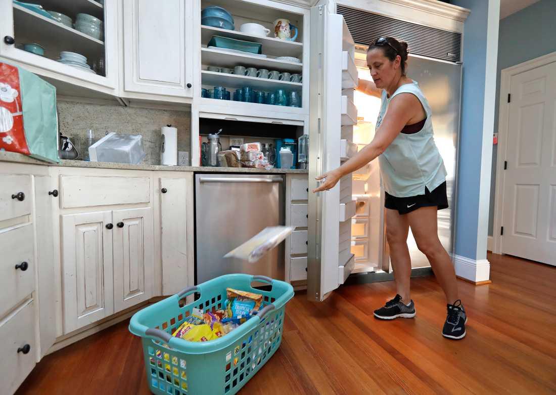 Michelle Stober från Cary, North Carolina, tömmer kylen i sitt sommarhus inför stormens ankomst.