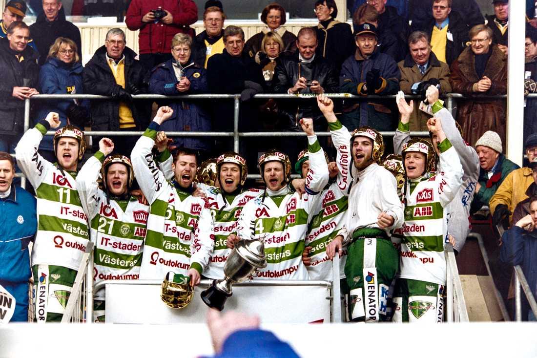 Ola Fredricson och Västerås firar SM-guldet 1999.