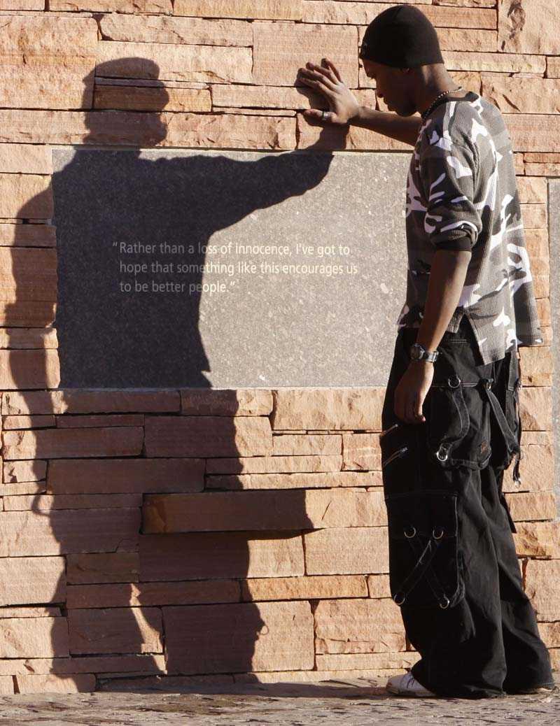 Charles Russell från Delaware läser på ett minnesmonument.