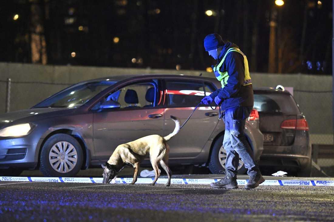 Polis på plats efter skottlossningen vid bensinmacken vid Kungens kurva söder om Stockholm, där en man dödades och en kvinna skadades. Arkivbild.