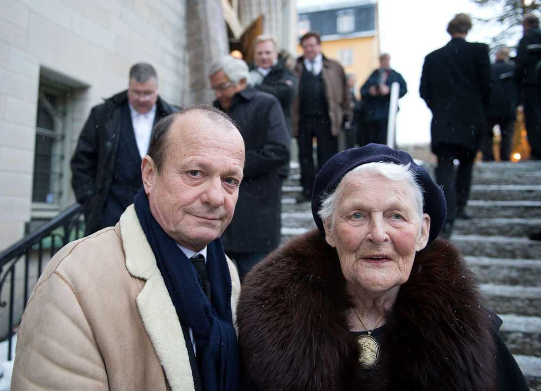 Tuss Hyland har gått bort, 88 år gammal. Hon gifte sig med Lennart Hyland 1950 och paret fick två söner. Här med  Fredrik Belfrage.