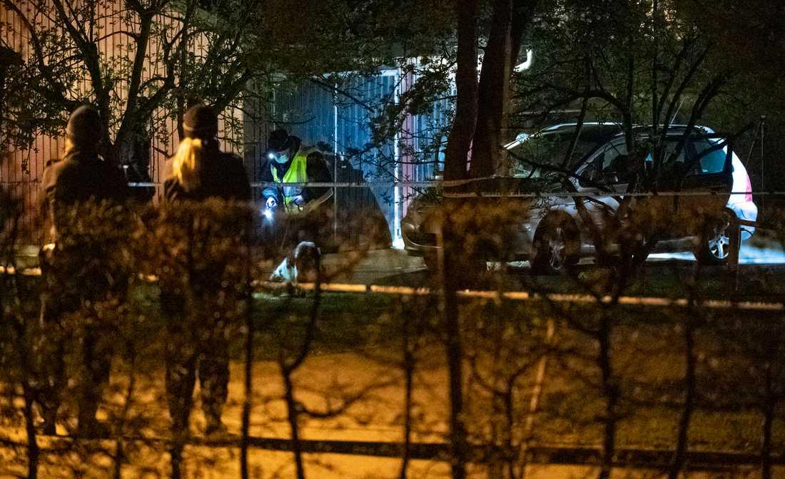 Polisens söker med hund kring en bil på Tränsgatan i Helsingborg.