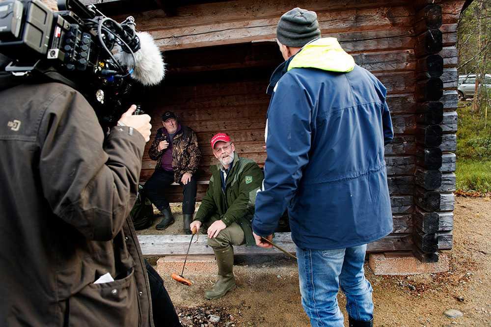 """""""Men, är det inte...?"""" Jan-Erik Hägglund räddade livet på Elin Gärdegård, 29, när hon anfölls av två polarhundar efter att ha attackerats under en ridtur. För sin insats hyllas han som årets livräddare. Mitt under planeringen av älgjakten kliver store idolen Frank Andersson fram och överraskar Jan-Erik."""
