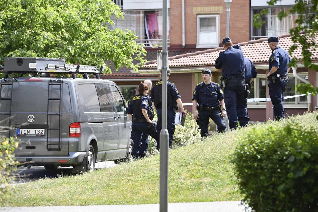 En man har blivit svårt knivskuren i ryggen i en tvättstuga i Skarpnäck i södra Stockholm. Polisen rubricerar händelsen som synnerligen grov misshandel.