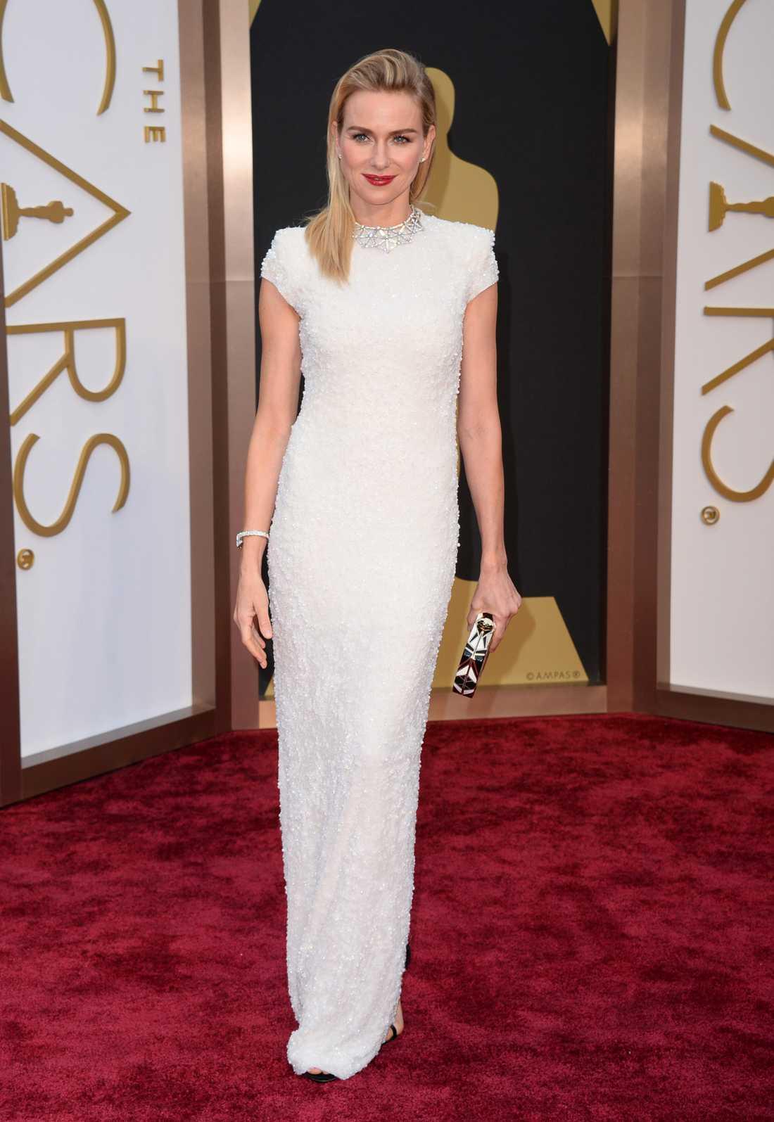 """++++ Naomi Watts: """"Klassiskt snyggt! Vitt och minimalistiskt men strassbeströdd så det ändå sticker ut, så himla smart från Calvin Klein Collection. Superelegant med den lilla ärmen gör att profilen får en väldigt snygg form. Dessutom tjusig detalj med silverkrage!"""""""