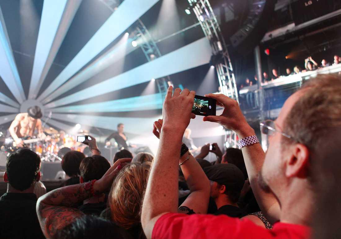 Händer i luften – för att filma med mobilen.