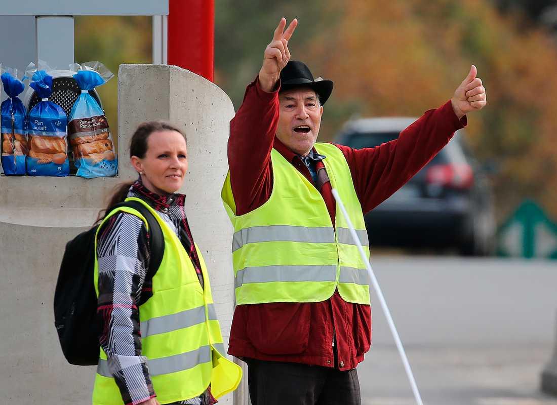Demonstranter bär gula västar i anslutning till biltullar på en motorväg i Biarritz i södra Frankrike. Bilden är från den 6 december.