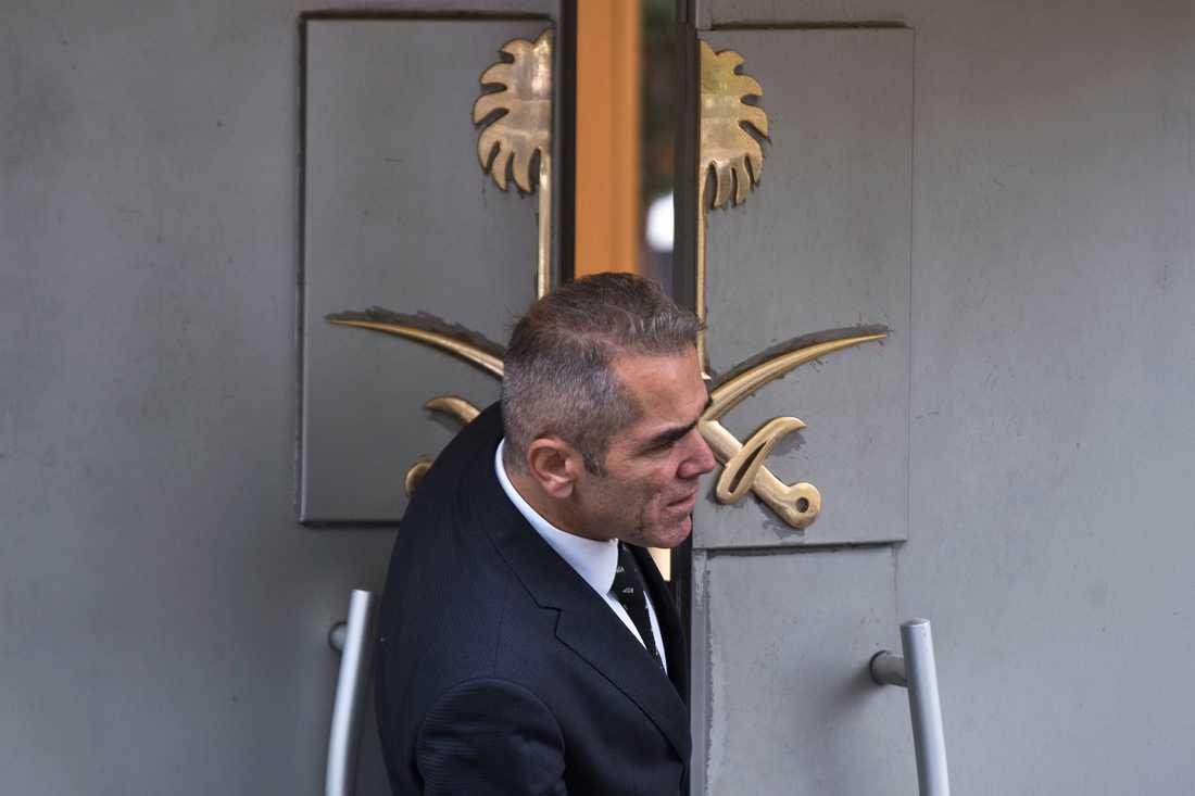 En vakt vid ingången till Saudiarabiens konsulat i Istanbul.