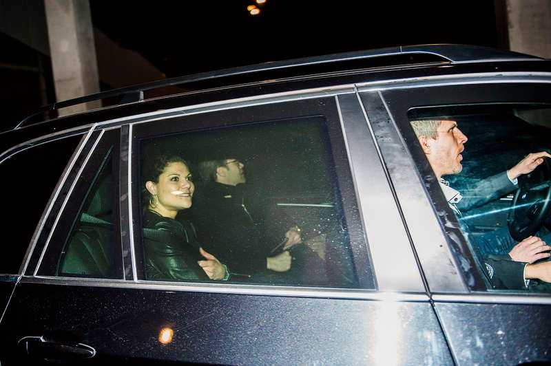 Kronprinsessan Victoria och prins Daniel tog bakvägen ut ur Tele2 arena.
