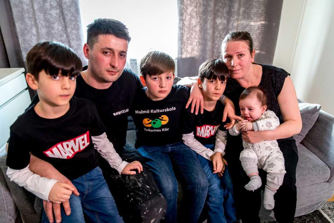 Familjen har överklagat beslutet till Migrationsdomstolen, men där har det tagit stopp. På bilden: Edonis Elshani, 11, pappa Lulzim Elshani, tvilingarna Edijan Elshani och Eldison Elshani, 7, mamma Sherije Elshani och Roani Elshani,  4 månader.