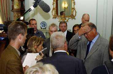 Nära att svimma Här tvingades Göran Persson avbryta journalisternas frågor och dra sig tillbaka - han var nära att svimma av smärtan i vänstra axeln. Det hände i förrgår efter mötet i London med premiärminister Tony Blair. I dag får statsministern goda råd av både ortoped och sjukgymnast.