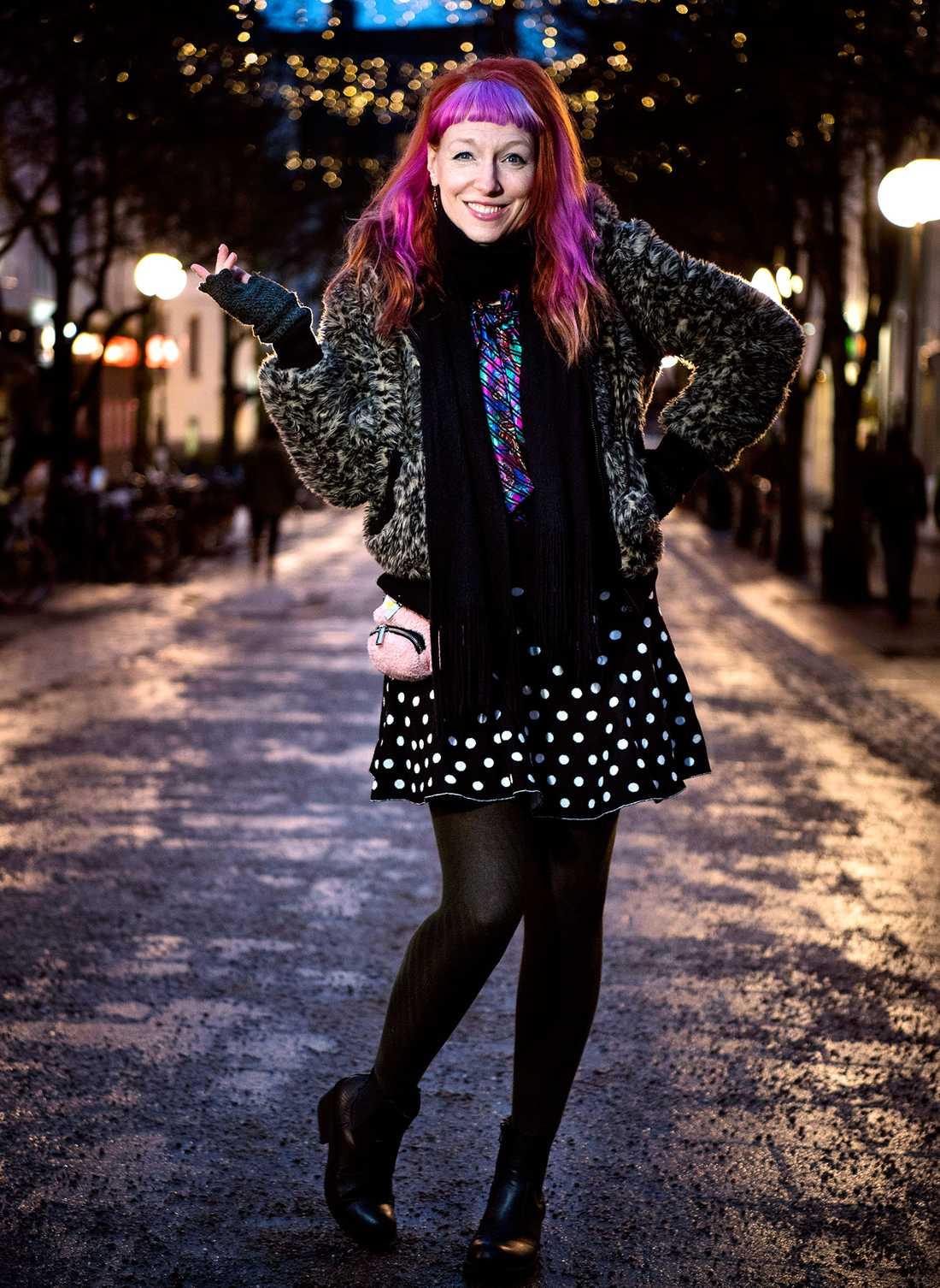 """""""Begär inte att få vara madonna"""". Bland anglofilen Josefin Johanssons livsmål finns att programleda en show i engelsk radio och ett quizprogram på BBC samt att få en och annan musikhit."""