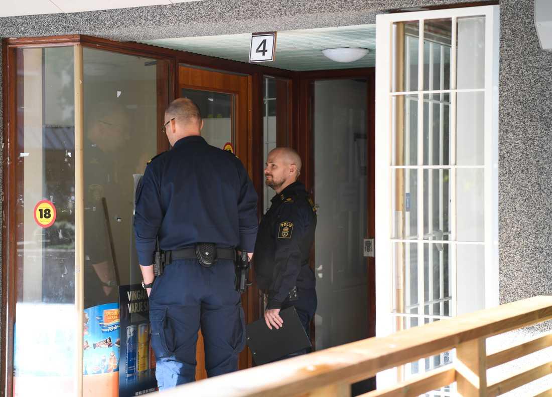 Poliser vid brottsplatsen i Häggvik.