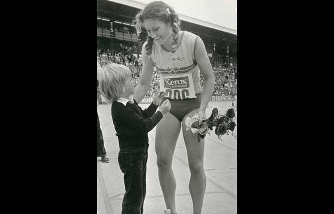 Linda Haglund med en liten beundrare på finnkampen i Stockholm.