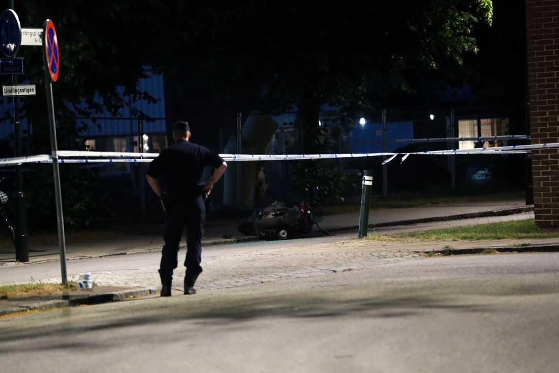 Enligt uppgifter till Aftonbladet har mordet på 24-åringen kopplingar till trippelmordet i måndags.