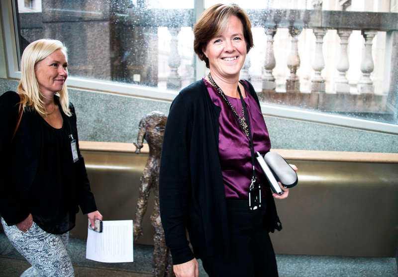 Carin Jämtin med nya infrastrukturministern Anna Johansson.