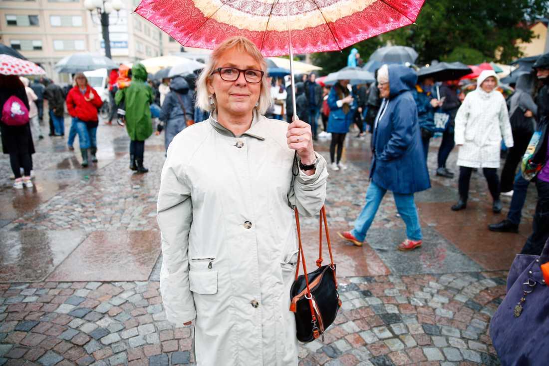 Alice Andersen, 62, Björkhagen. – Det känns som att det är väldigt viktigt att göra någonting. Inte bara tänka och våndas. Det här är första steget, vi har redan börjat tänka vad vi kan göra praktiskt för flyktingar.