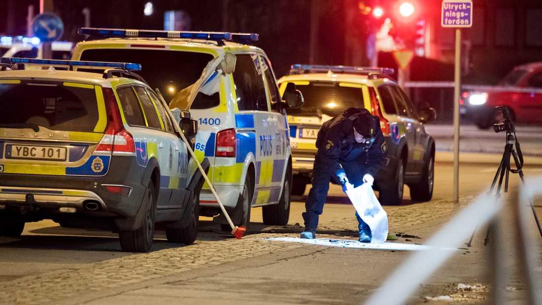 Polisens kriminaltekniker undersöker natten till lördagen den polisbil som stod parkerad utanför ett polishus på Sallerupsvägen i Malmö har utsatts för någon form av sprängning.