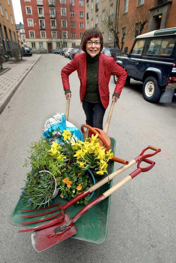 """CITYODLARE """"Ska jag välja ett balkongträd framför andra är det dvärgsyrenen Palibin med doftande rosa blommor"""", säger Lena Israelsson som vill få alla stadsbor att sätta i gång att odla."""