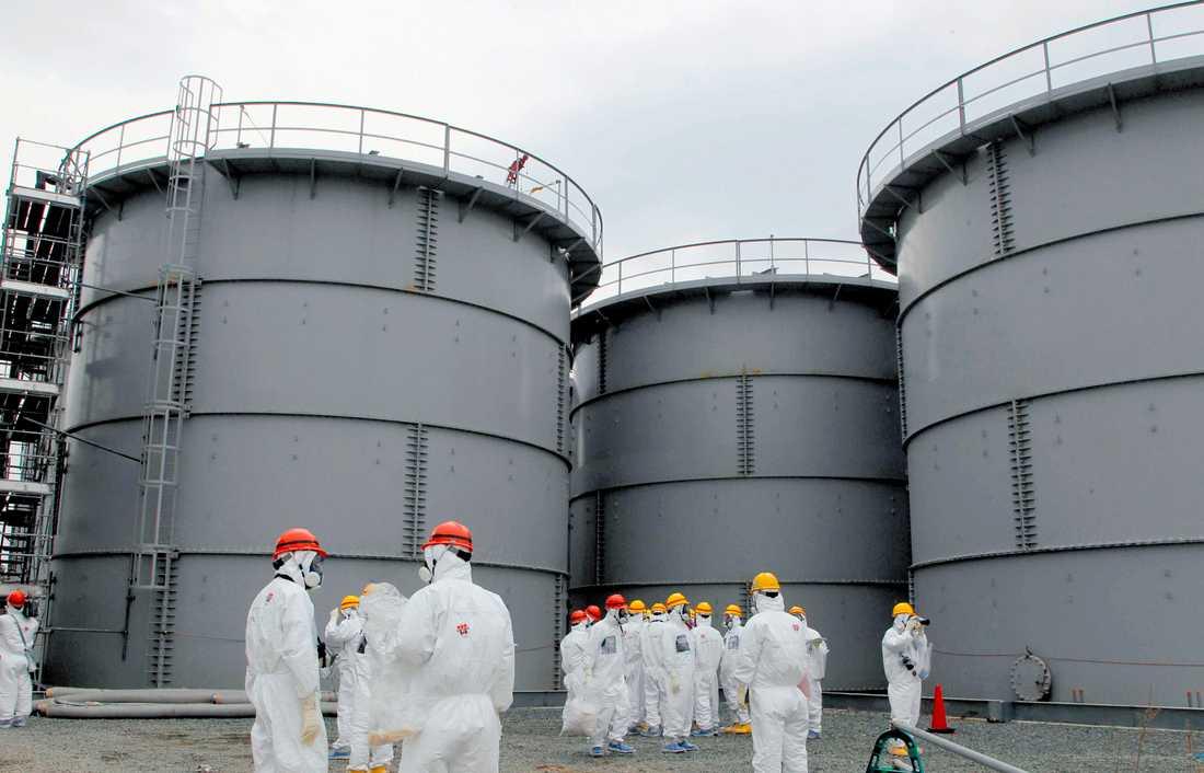 Stora vattencisterner med radioaktivt vatten vid kärnkraftverket i Fukushima.