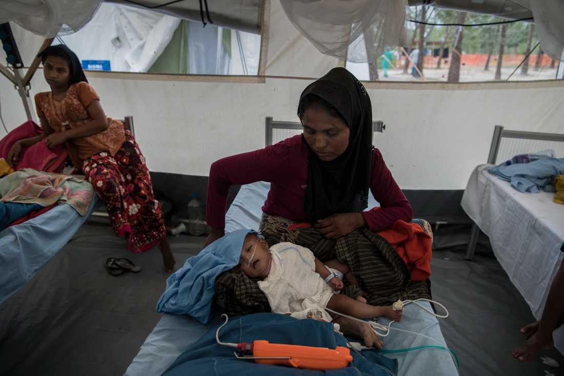 Asuma, 9 månader, tas om hand av sin mamma i ett flyktingläger i december förra året. Asuma och hennes mor är två av uppskattningsvis 700000 människor som tvingats på flykt.